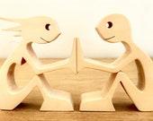 couple assis; sculpture bois