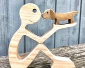 un homme un petit chien ; sculpture bois