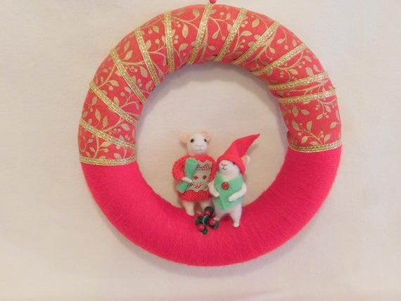 Fait à la main à l'aiguille feutrée souris de Noël sur un anneau décoré