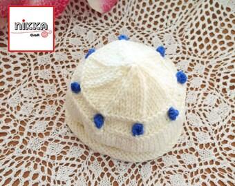 CAPPELLO per BAMBINO con bolle blu cobalto lavorato a maglia in LANA 100% -  color bianco latte - idea regalo - pronto per la spedizione 8728270d2c18