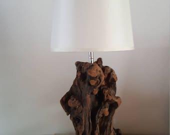 Lampe en bois flotté,moderne,lampe a poser,décor bois plage,lampe art déco,contemporain,éclairage bois flotté,chalet,art en bois flotté,mer