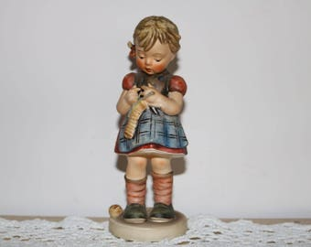 """Large Hummel """"Stitch In Time""""  #255  Adorable Figurine. Excellent condition"""