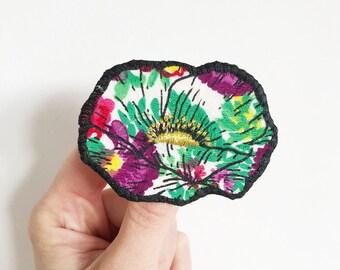 Broche Fleur unique imprimée en sérigraphie sur un tissu de récupération fleuri