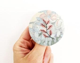 Badge Plante rose unique en tissu brodé à la main