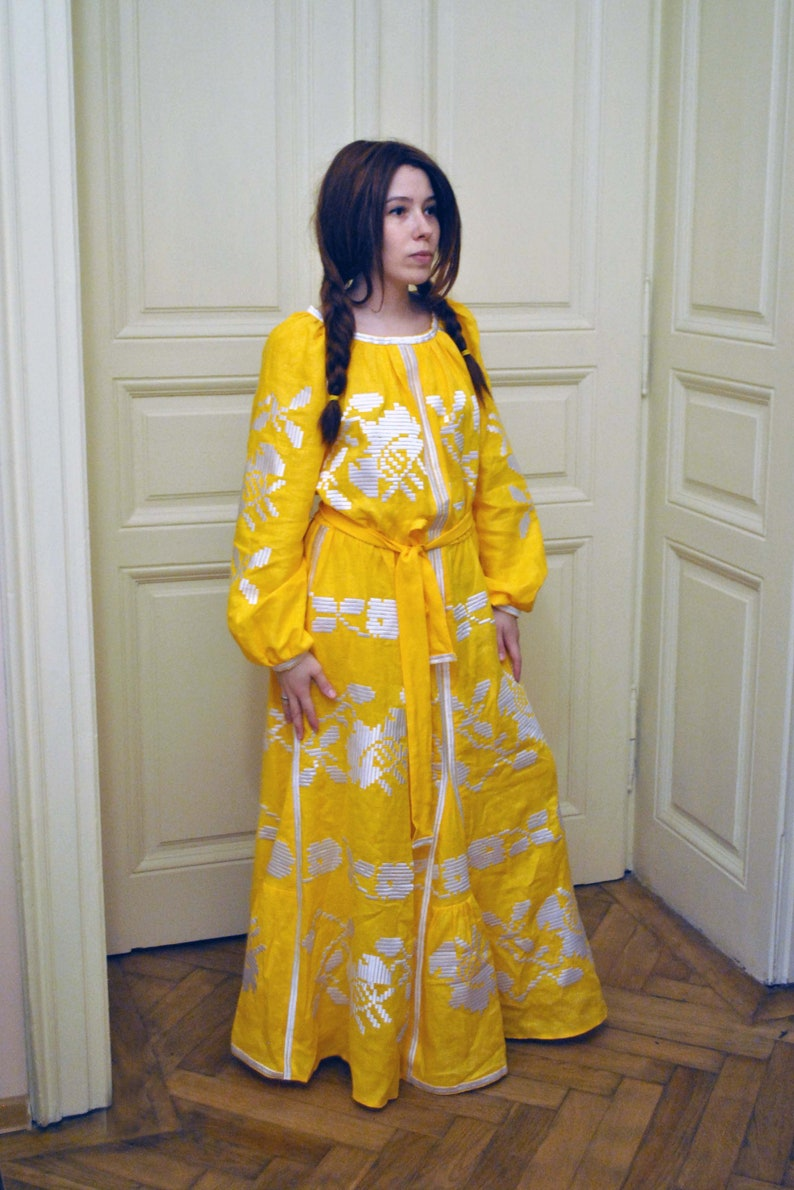 hot sale online 1a6e9 9dc1e Bellissimo vestito giallo lino dress vestito ucraino Vyshyvanka vestito per  abito lungo ragazza moderno Folk di moda Boho Chic Abito Boho