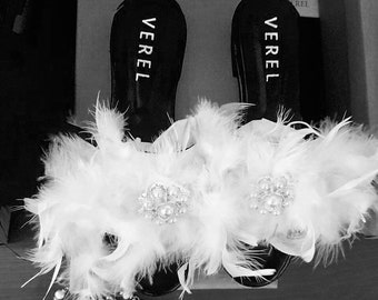 Leather sandals, with feathers and brooch with strass. Free shipping to the american continent