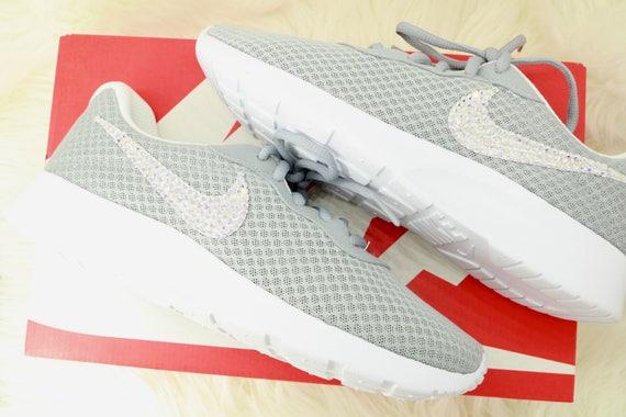 Swarovski Sneakers von Nike, Nike Tanjun Trainer Damen Nike grau Swarovski, grau Nike Strass Schuhe, Bling Sneakers, grau Nike Schuhe, Swarovski