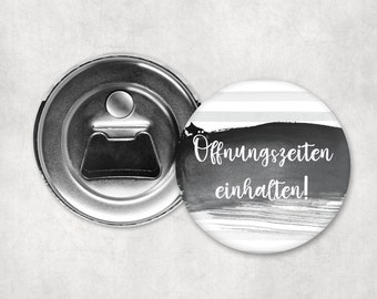 1x Flaschenöffner mit Magnet - Öffnungszeiten - 59mm Anstecker Pin Brosche Nadel Spange Spiegel Anstecker Geschenk lustig trinken Bier Party