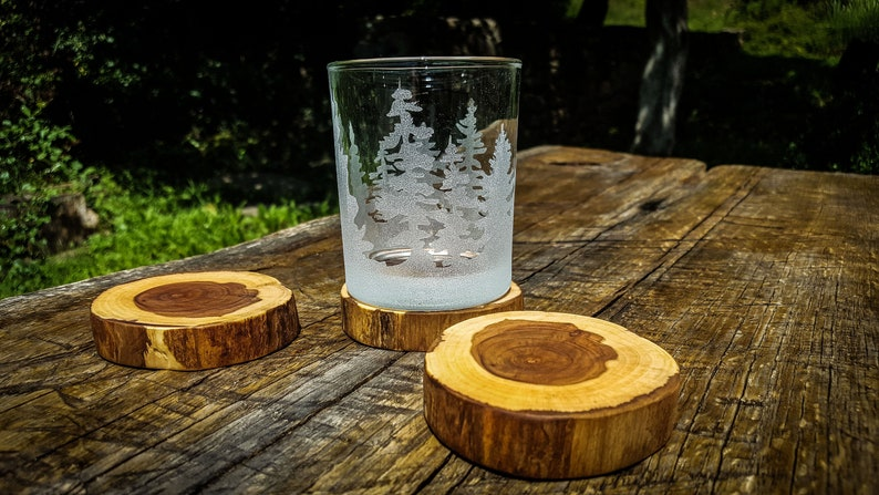 Whiskeyglas mit Waldlandschaft, gravierte Whiskeyglas, Wald-Art-Glas,  graviert, Scotch, Wald, Berg Landschaft Glas