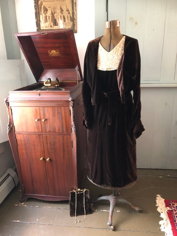 Vintage 1920s early 1930s brown velvet dress with