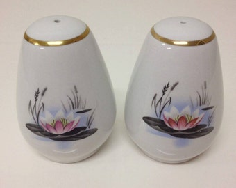 Water Lily by Alfred Meakin 1950's Vintage Salt Shakers x 2