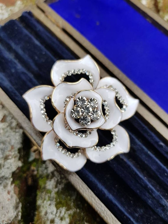 Here we have a stunning vintage ladies gold rose brooch in fantastic condition circa 1970s comes in gift pouch