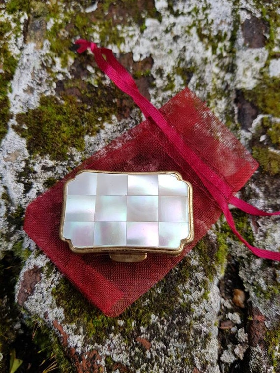 Vintage mother of pearl Stratton of England gold tone pill box in great  overall condition circa 1970s
