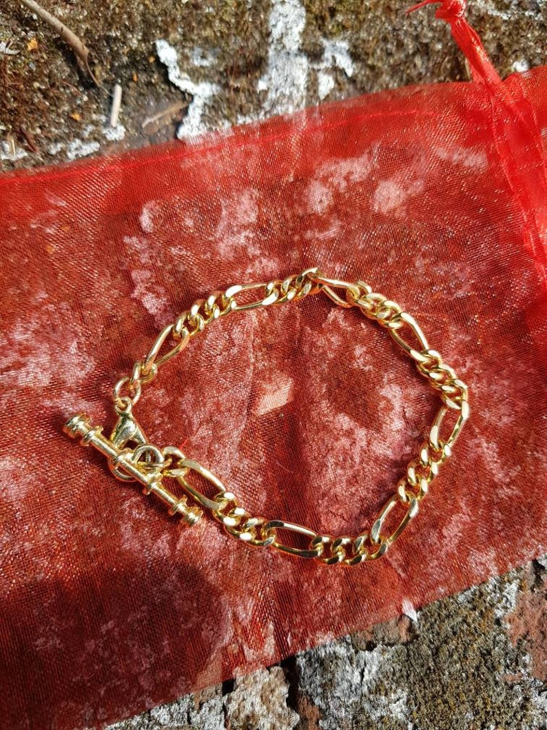 Here we have a nice girl/'s gold tone metal bracelet in fantastic condition circa 1980s comes in gift pouch