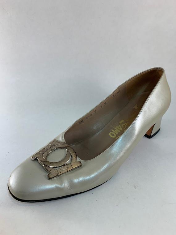 3b37563bcbfe Size 8 90s Salvatore Ferragamo Shoes Off White Women s