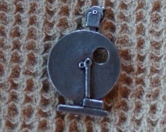 Brooch: Spinning Wheel Louet S10 pewter