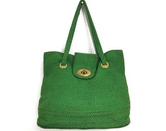 Bright Green Woven Jute Bag 70s Vintage Shoulder Bag  / Boho Top Handle Bag / 1970s Fabric Tote with Gold Brass Metal Clasp and Brass Feet