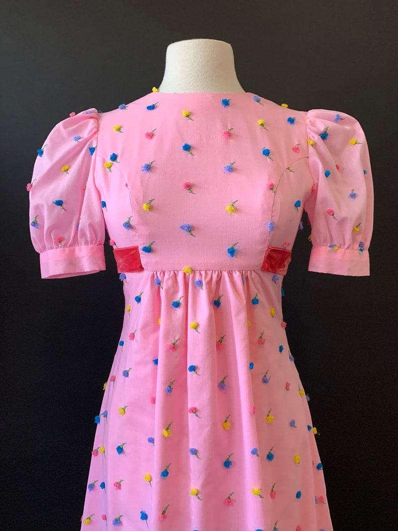 1970er Jahre rosa 3D Floral Prärie Kleid mit Puff Ärmeln ...