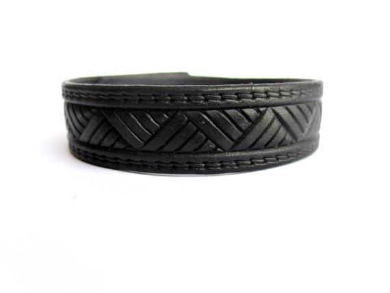 Para estrenar 26d5b f27f2 Brazalete hombre cuero negro, pulsera cuero relieve, diseño geométrico,  regalo para él