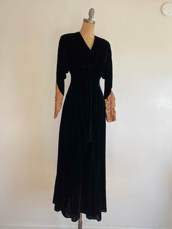 1940s black velvet hostess gown with gold lamé sl… - image 3