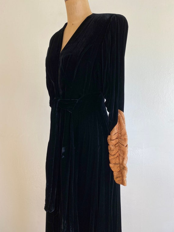 1940s black velvet hostess gown with gold lamé sl… - image 4