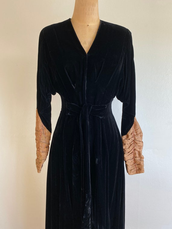 1940s black velvet hostess gown with gold lamé sl… - image 2