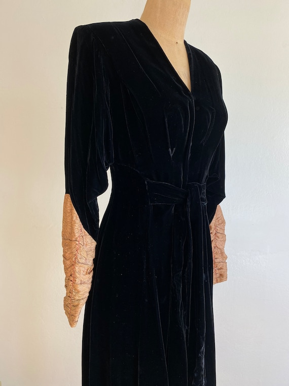 1940s black velvet hostess gown with gold lamé sl… - image 6