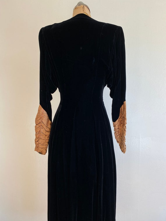 1940s black velvet hostess gown with gold lamé sl… - image 7