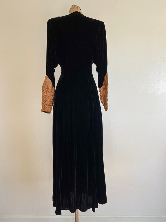 1940s black velvet hostess gown with gold lamé sl… - image 5