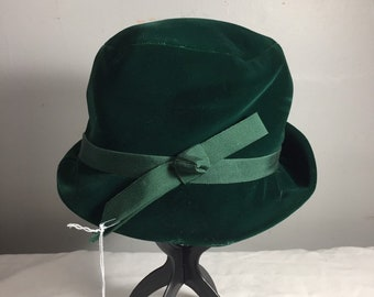 25b20b9cfa6 Vintage Green Womens Velvet Cloche Hat - Flapper Hat - Velvet Cloche - Silk  Ribbon - 1940 s Ladies Velvet Hat
