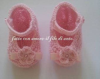 Baby booties in pink wool with flower