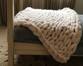 Merino wool chunky knit throw/blanket in soft pinky cream 100x140cm