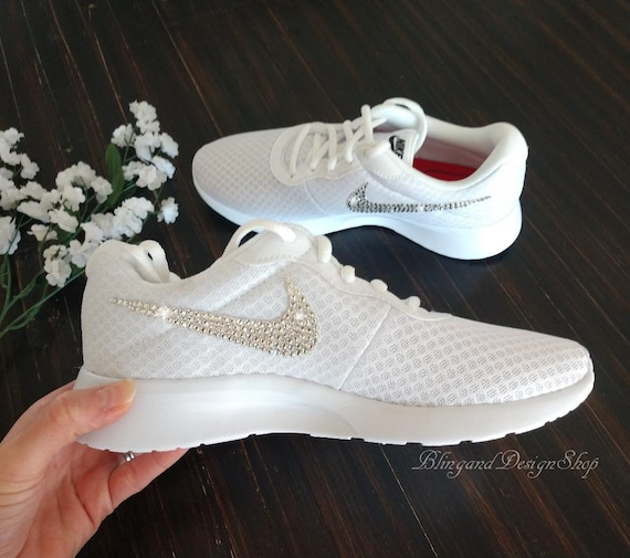 Swarovski Dames Nike Tanjun Alle witte sneakers op maat gemaakt met Swarovski Kristallen Custom Bling Nike schoenen