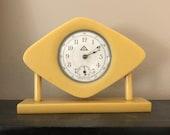 VINTAGE ART DECO butterscotch bakelite mantle clock 40s era