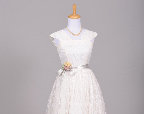 1950 Lace Embroidered Vintage Wedding Dress