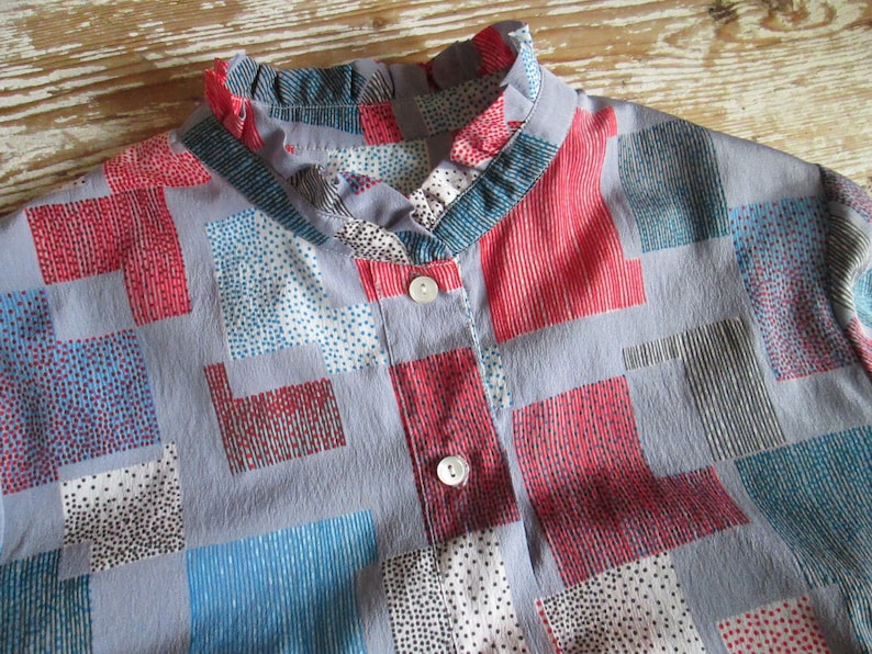 Vintage 1980 mandarin ruffle collar Blouse geometric pattern Secretary Preppy style Mod Scooter Girl Hipster clothes /'80s fashion trends