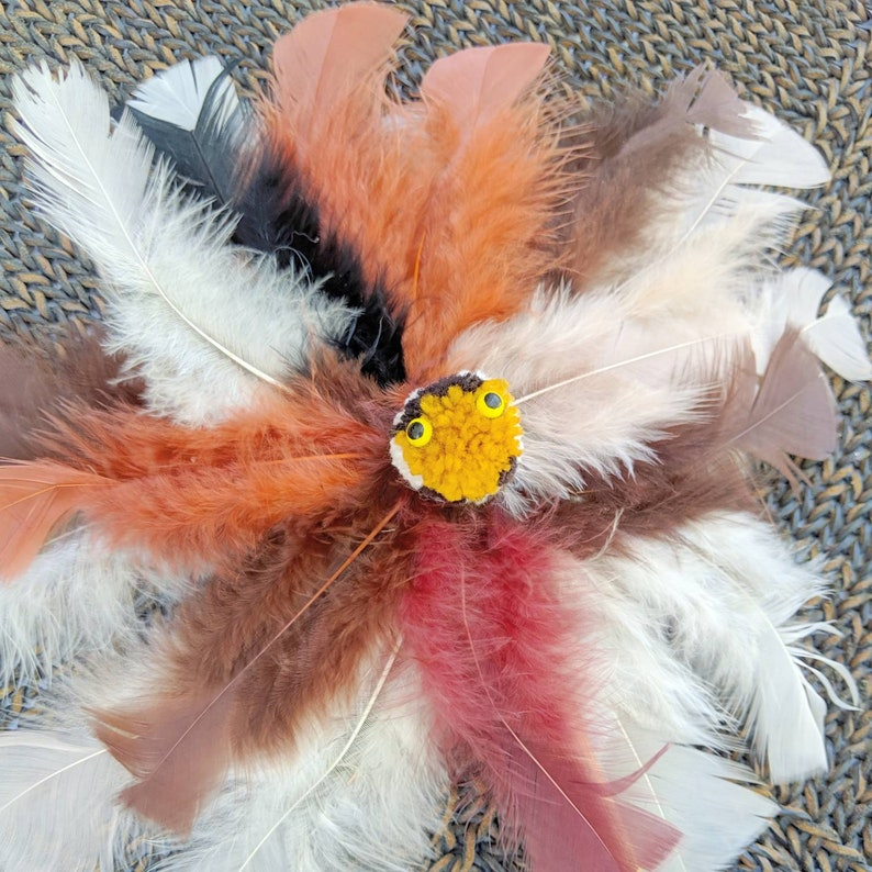ZouwU ~ Gold face MaGiCaL Fantastic feathery Jingle Toy