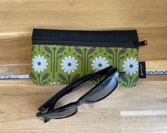 Daisy Pattern Eyeglass Case - Eyeglass Holder - Screen Printed - Glasses Case - April Birth Month Flower - April Gift
