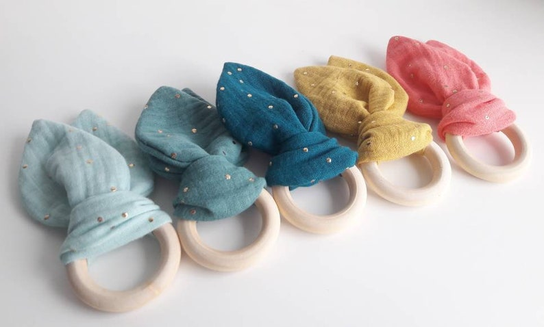 Teething ring made of wood and double gauze with gold dots image 0
