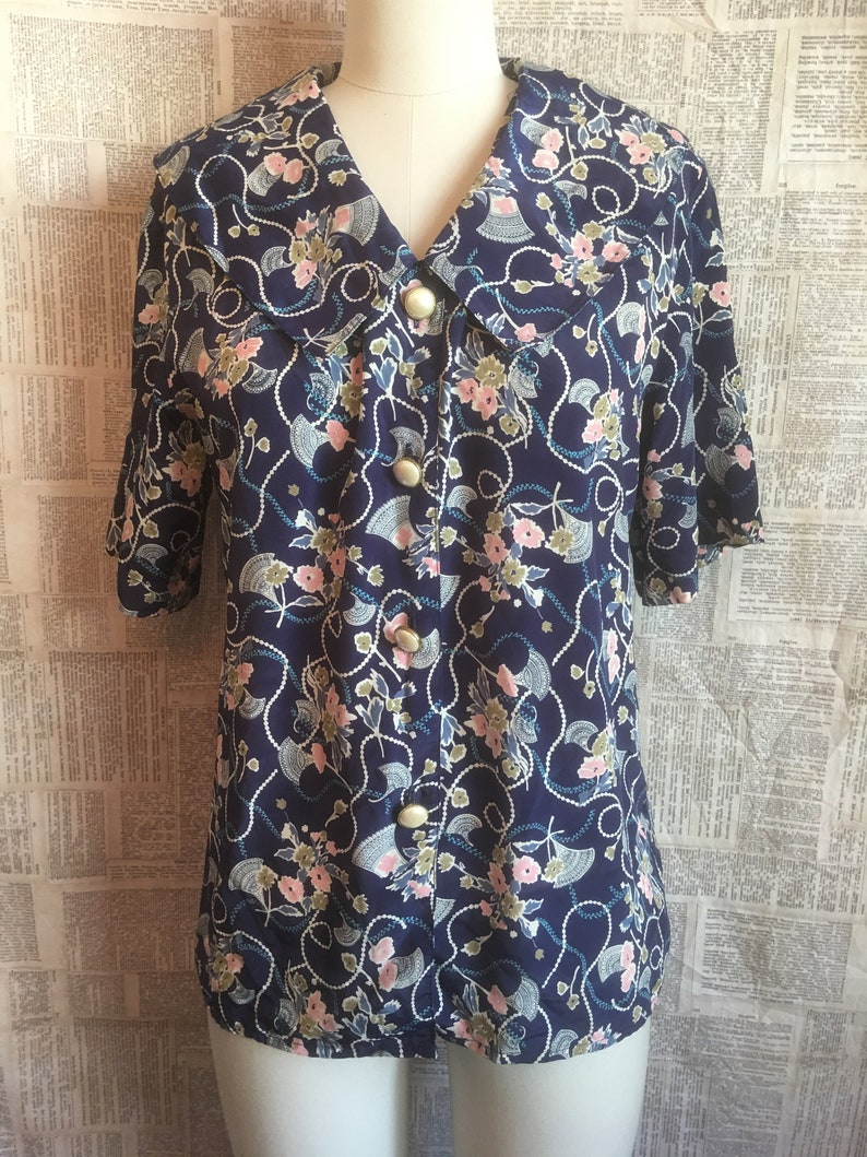 Short Sleeves Pearl Buttons Strung Pearl Motifs on Navy- NOTATIONS Brand Flat Collar Vintage Blouse w Flowers Fans
