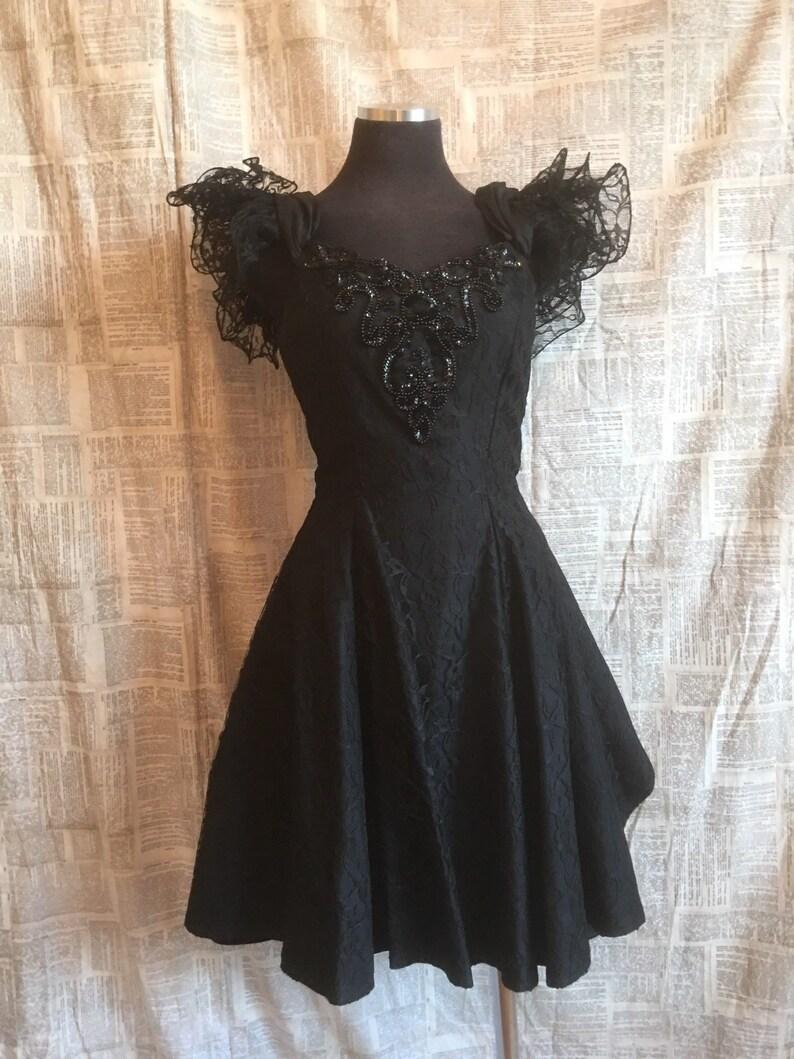 5599f3e89eaf0 Vintage NADINE marque parti robe noire en dentelle volants