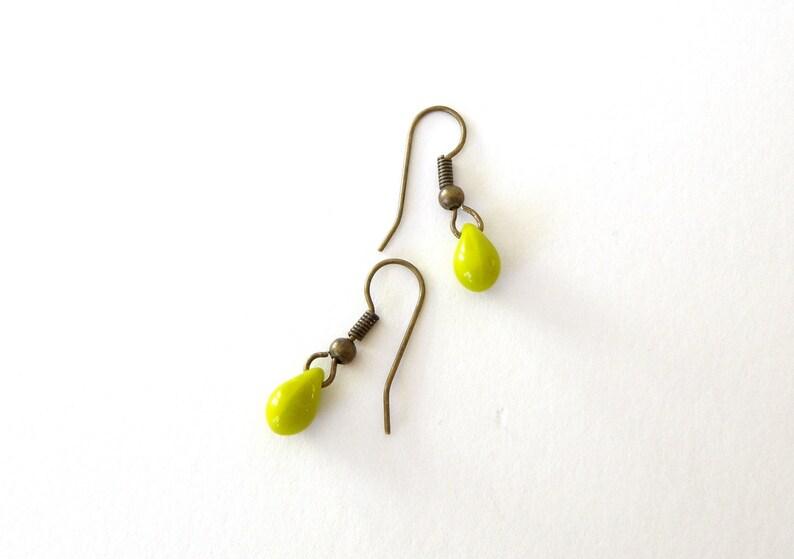 minimalistes crochets bronze sans nickel Boucles d/'oreilles fines gouttes en verre vertes