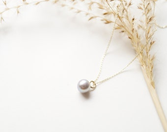 delicate chain of 375/- gold with freshwater pearl