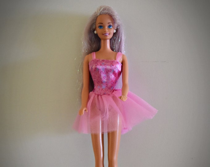 Beautiful vintage Barbie doll / Mattel /1966-1976 / + matching outfit pink label Genuine, purple shoes and coat rack / China