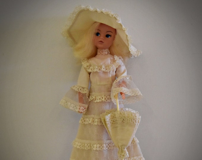 Beautiful vintage Sindy Pedigree doll + outfit Royal Occasion / # 44660 / 1977 / + matching shoes