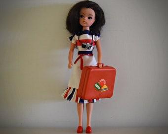 Beautiful vintage Sindy Pedigree doll / Sunshine Girl # 44693 / 1978 / + original dress Weekender Sindy #44683 + accessories