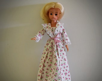 Beautiful Vintage Sindy Pedigree doll with sleepy eyes / + outfit Sweet Dreams 44684/ Sindy fashion / 1979