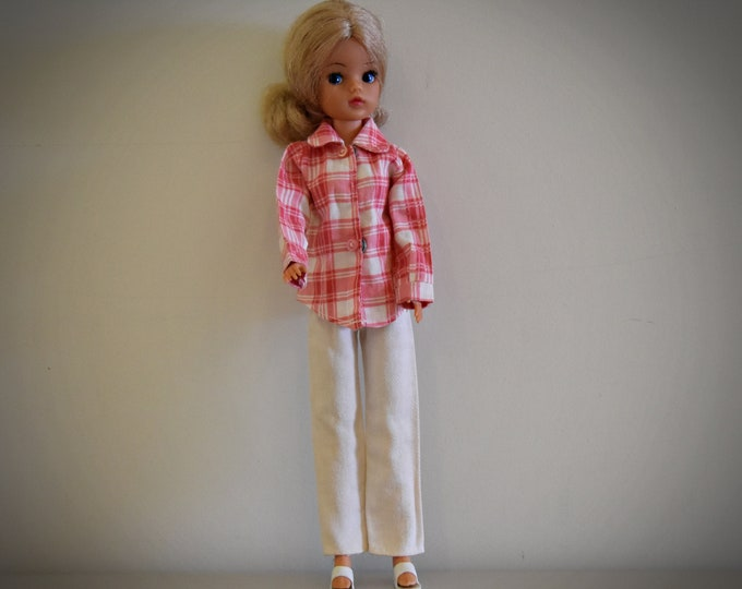 Casual vintage outfit Sindy Pedigree / Schirt #44138 - 1975 + matching white trousers, sandaltjes, knickers and coat rack