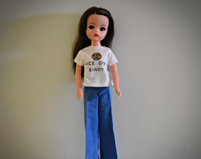 """Casual vintage outfit Sindy Pedigree / T- shirt """"Nice One Sindy"""" / #44160 / 1977 / + matching blue pants and white slippers"""
