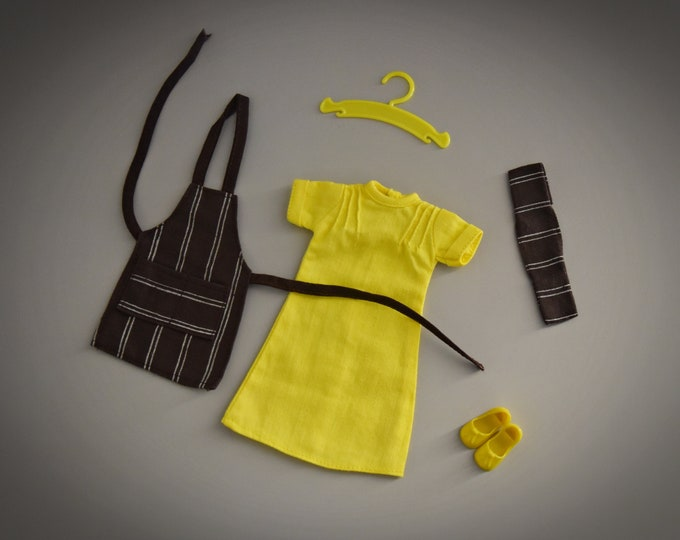 Vintage outfit Sindy Pedigree / Cook In + matching yellow shoes with tassels and coat rack / #44258 / 1977 / Complete set